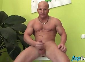 amateur,gay,jerking off,solo Muscular dude...