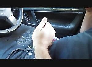 Men (Gay) pajote en el coche
